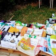Nouvelle déco du jardin - des sacs attendent ..